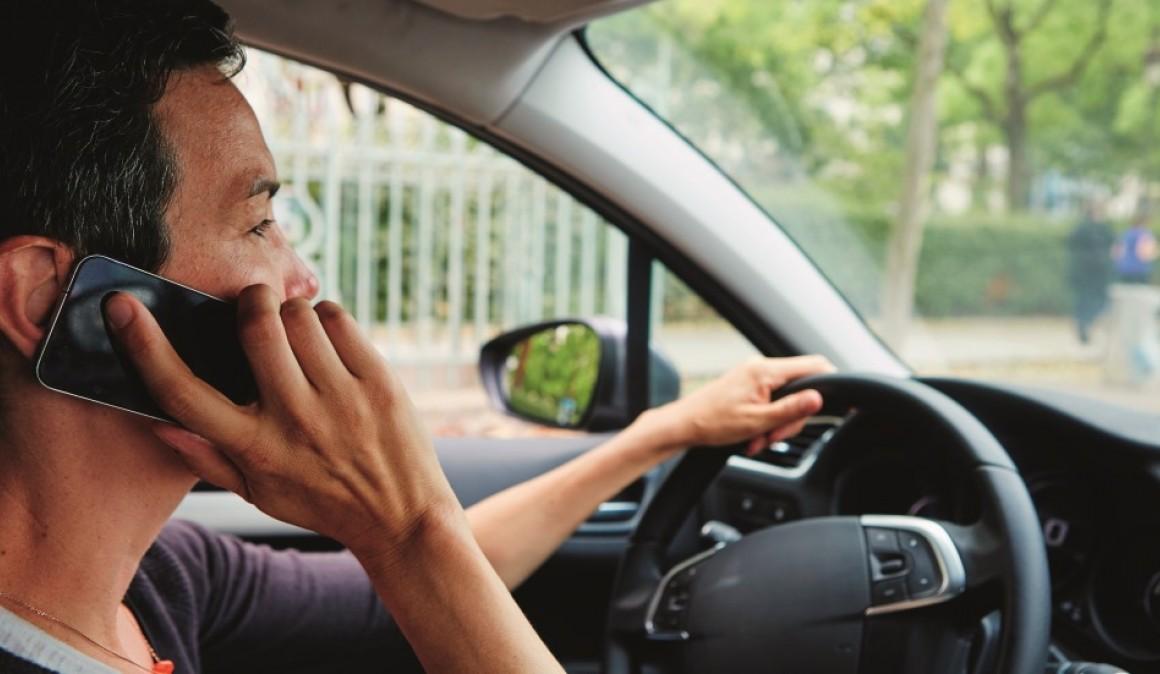 article-es-legal-multar-usar-telefono-movil-coche-parado-detenido-luces-motor-encendido-5a8564fb9abfe