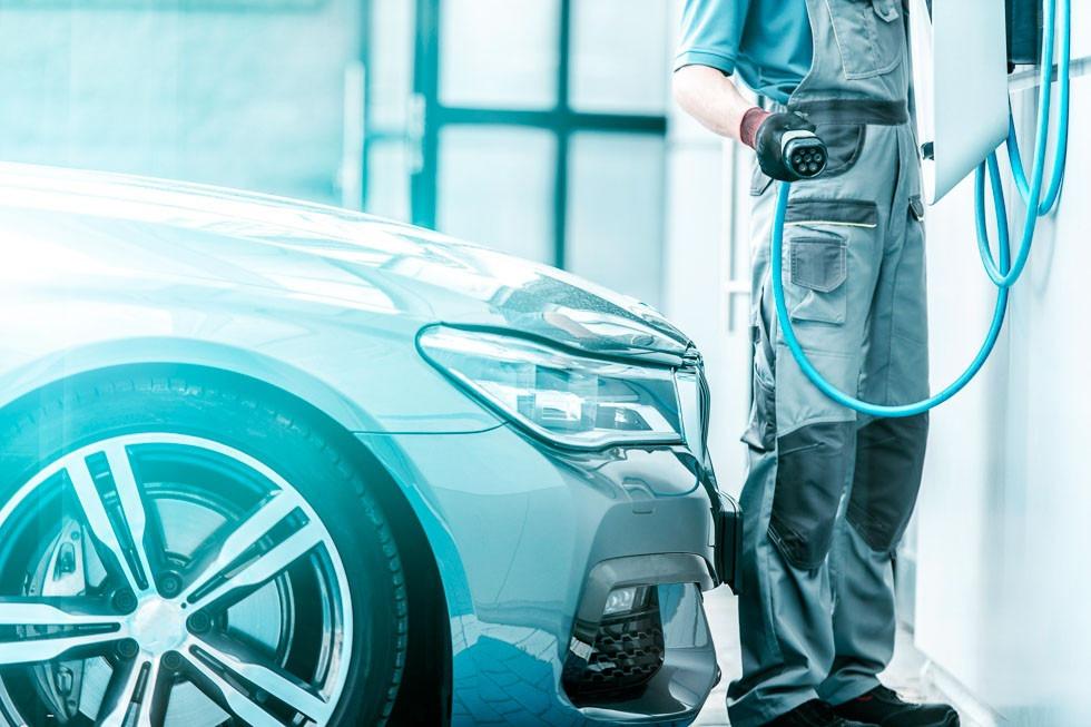 5b87b6ea0ce69441028b5e9d-como-se-tienen-que-adaptar-los-talleres-a-los-coches-electricos-e-hibridos.jpg